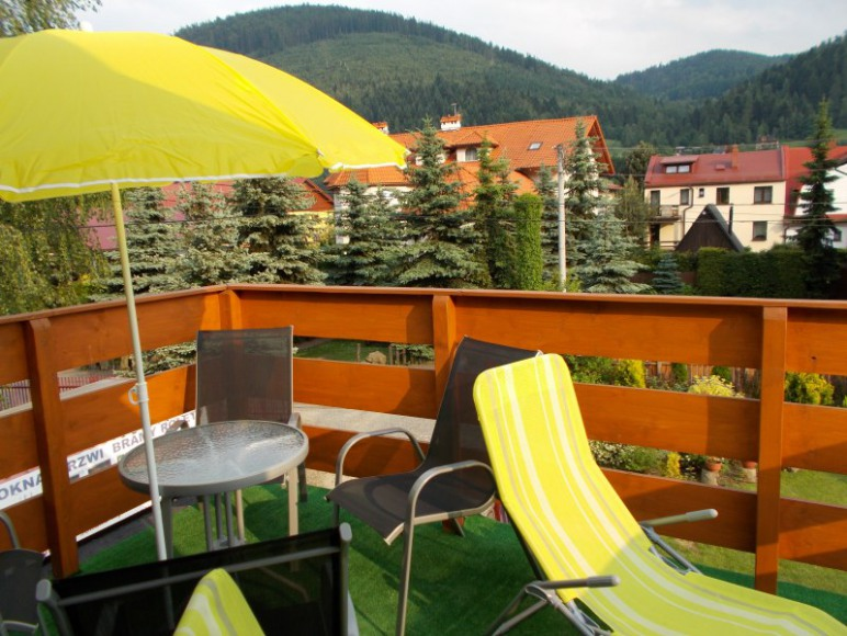 balkon przy pokoju 4-osobowym na piętrze