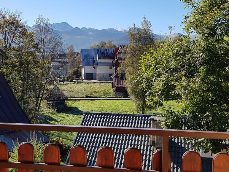 Widok z balkonikow na cale tatry