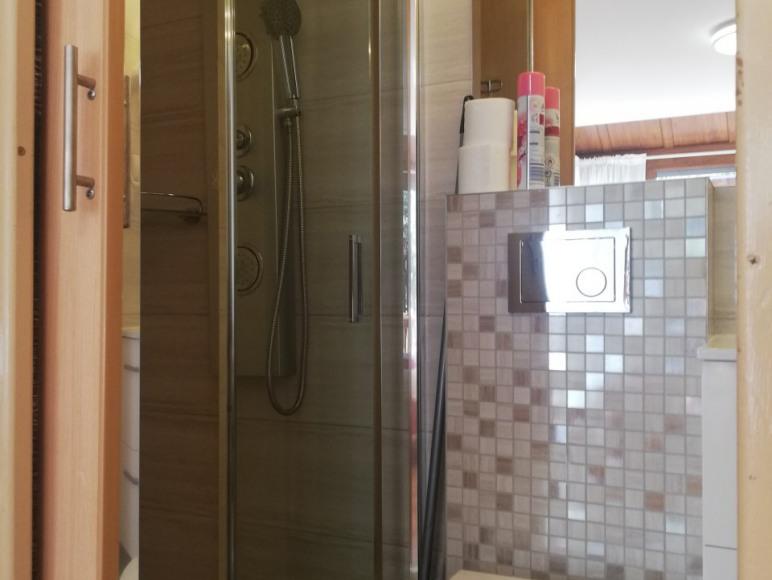 łazienka przy pokoju 2-osobowym z wyjściem do ogrodu