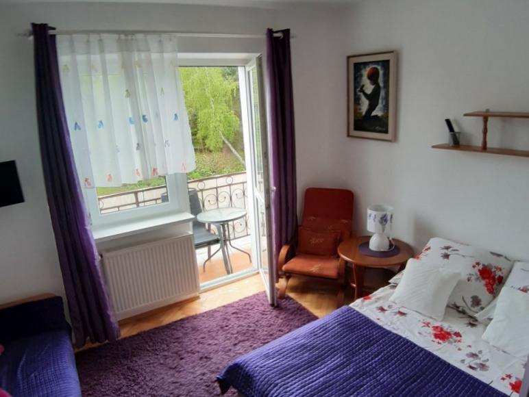 Pokój z balkonem i łazienką w pokoju
