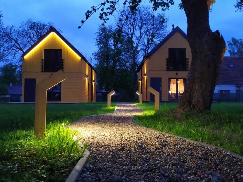 Domy wakacyjne Śliwin nocą