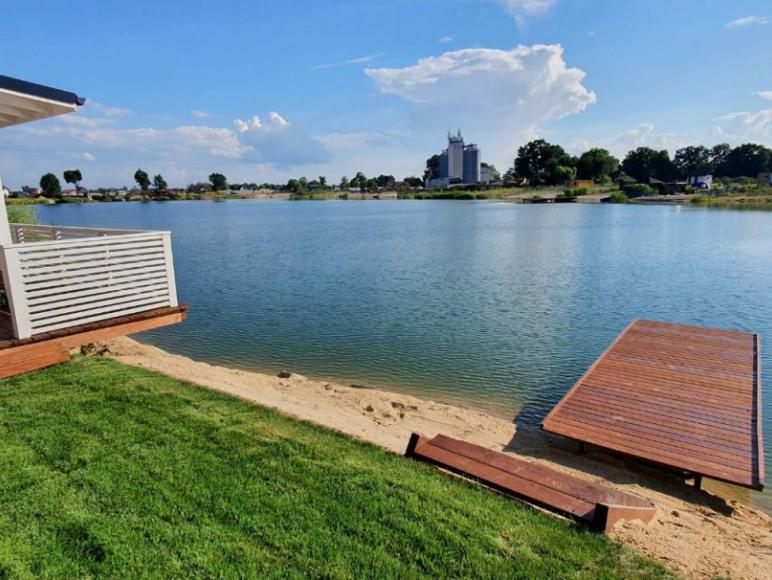 Dom nad jeziorem z linią brzegową Dębowa Przystań