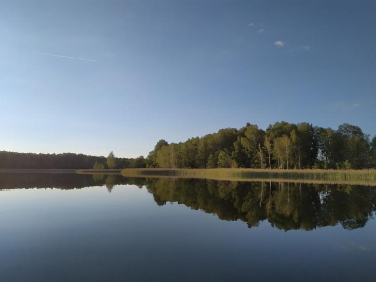 Jezioro Nawiady połączone kanałkiem z jeziorem Mojtyny