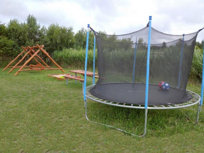 Domki u Pati nad morzem w Jezierzanach koło Jarosławca - trampolina