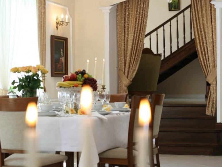 Zastawiony stół zaprasza do kolacji zapachem potraw