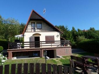 Dom letniskowy nad jeziorem z placem dla dzieci